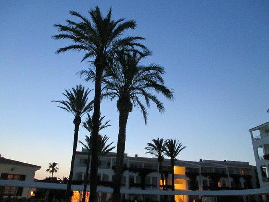 Prinsotel La Caleta: Evening in the pool area