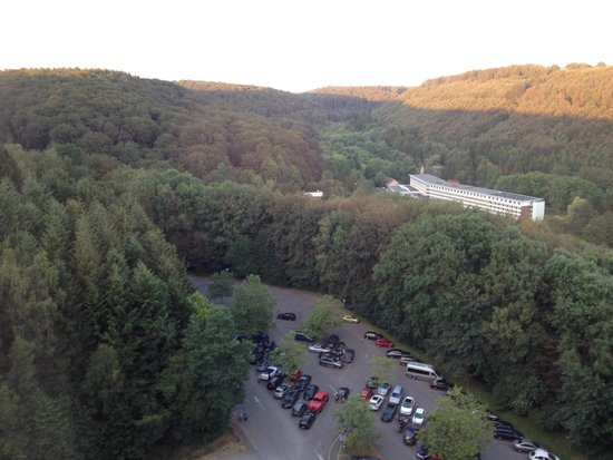 DoubleTree by Hilton Luxembourg: Parking place surrounded by forests