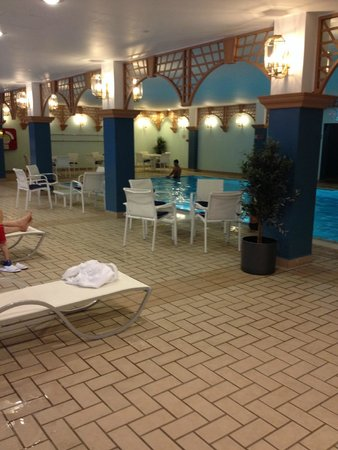 DoubleTree by Hilton Luxembourg: Swimming pool
