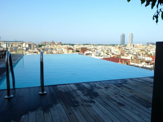 Grand Hotel Central: Roof top pool and bar at daytime