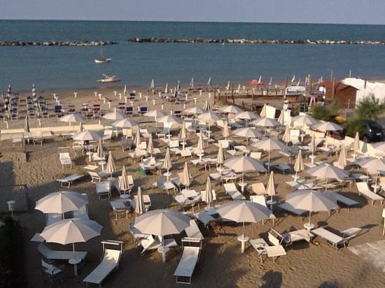 Hotel Vienna: spiaggia privata fronte mare