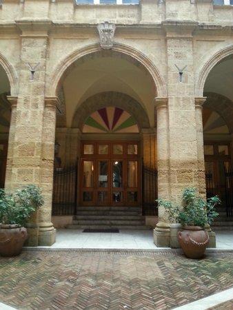 Casa Natale di Luigi Pirandello: entrata del teatro attraverso il chiostro del Palazzo dei Giganti