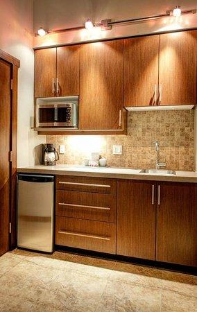 Sunrise Ridge Waterfront Resort: Kitchenette in Studio Suites