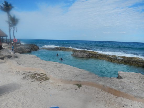 Dreams Puerto Aventuras Resort & Spa: Another view of natural sea salt pool