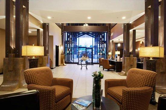 Sunrise Ridge Waterfront Resort: Modern Lobby