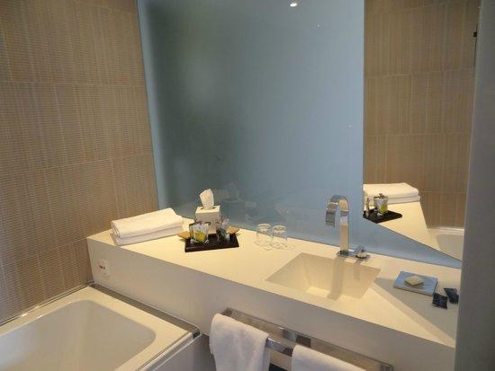 Amfora Hvar Grand Beach Resort: Banheiro do primeiro quarto