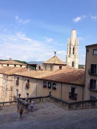Girona Cathedral (Catedral): Вид от ворот собора