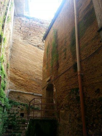 Casa Natale di Luigi Pirandello: parete interna del teatro, scavato nella roccia viva