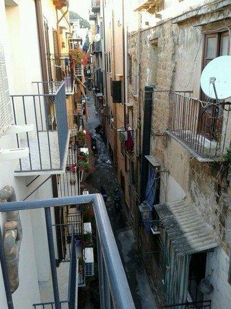 Casa vacanze La Cattedrale: Vista del vicolo dal balcone della camera
