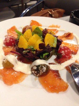 Eseteveinte: Ensalda de salmon,naranja,tomate y salsa de yogur