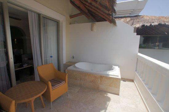 Grand Sunset Princess All Suites Resort : Jaccuzi on balcony