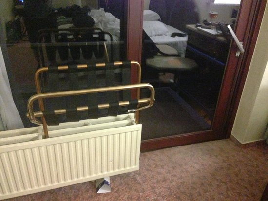 Best Western County House Of Brussels: Using the luggage Rack to Keep the Balcony Door secure.  VERY EASY to break in form the outside.