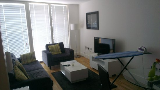 Apple Serviced Apartments Greenwich: Living room leading to balcony