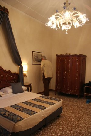 Residenza Ae Ostreghe : Lovely bedroom with Venetian style furniture and interesting prints.