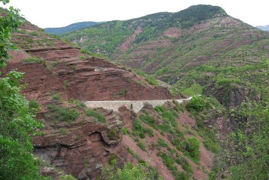 Col de la Cayolle : Road along the red-rock Gorges de Daluis