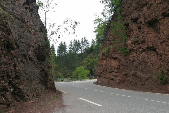 Col de la Cayolle : Road through the red-rock Gorges de Daluis