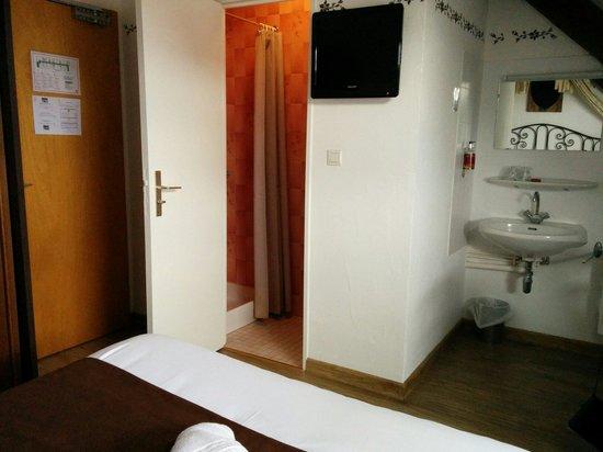 Hostellerie a la Ville de Lyon : Pas terrible le lavabo dans la chambre...ou alors il pourraient au moins mettre un beau meuble d