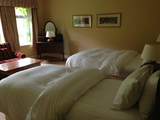 Dunraven Arms Hotel: The beds were comfortable, but the decorations were old, ugly, worn, and cheap