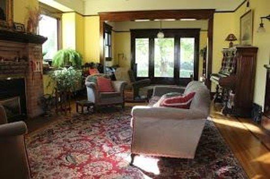 Nine Trees Inn : Living Room Parlor