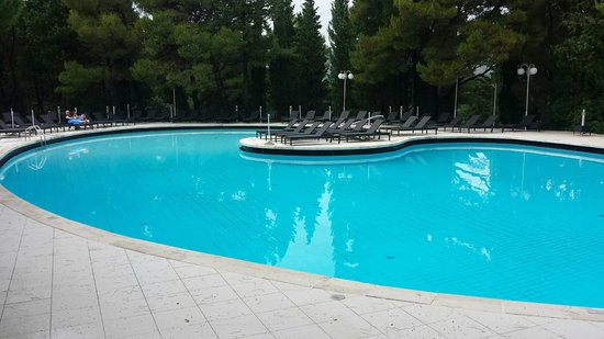 Hotel Croatia Cavtat : Empty pool on the day it rained