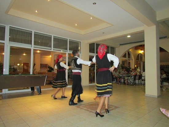 Mayflower Apartments: Greek dancing at the hotel
