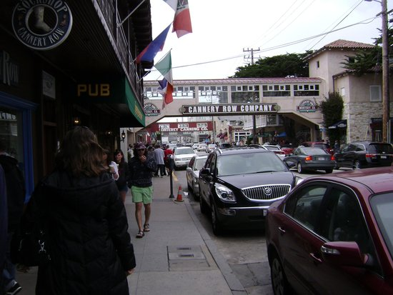 Monterey Plaza Hotel & Spa: street view looking toward cannery row