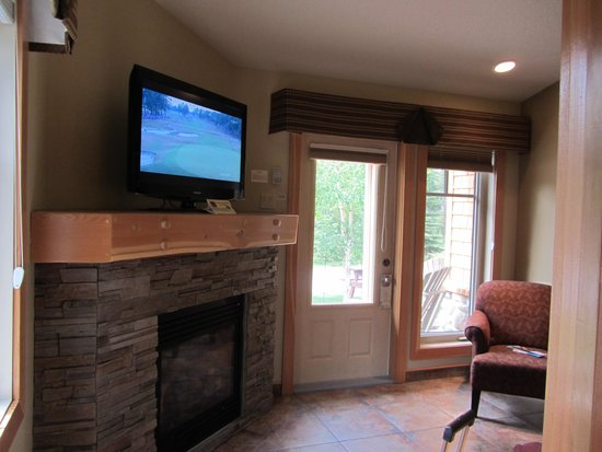 Patricia Lake Bungalows Resort: Sitting area with fireplace
