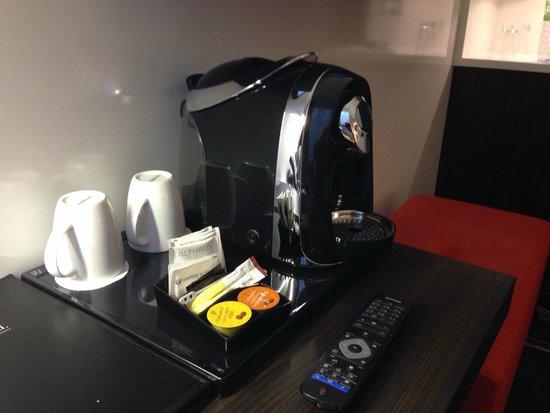 Winters Hotel Berlin Mitte - The Wall at Checkpoint Charlie: Kaffeemaschine mit freiem Kaffee auf jedem Zimmer