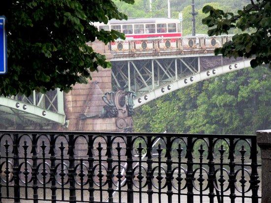 President Hotel Prague: Ponte Cechuv  construída em 1908 e o detalhe da Hidra de múltiplas cabeças