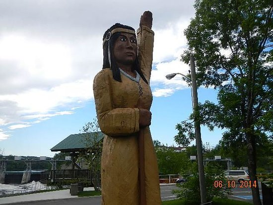 Grand Falls Gorge: wooden sculpture Indian woman