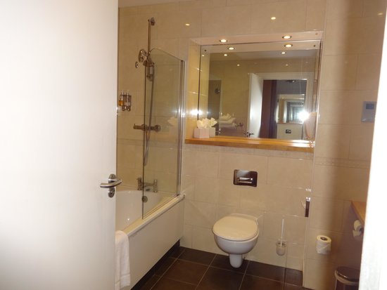 Blarney Hotel Golf & Leisure : King deluxe bathroom