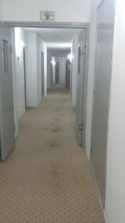 Kinza Hotel: Corridoio con impronte... bho!!