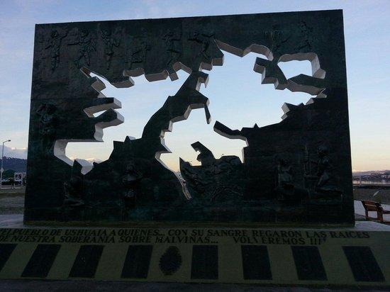 Plaza Malvinas: Monumento