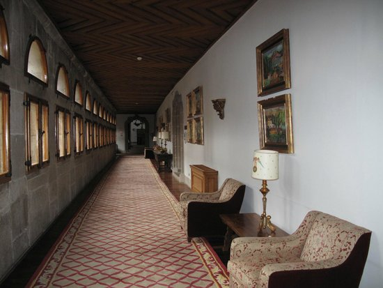 Parador Hostal Dos Reis Catolicos: the hallway leading to our second upgraded room