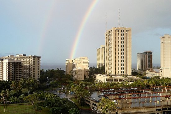 Luana Waikiki Hotel & Suites : Double Rainbow from 12th floor one bedroom