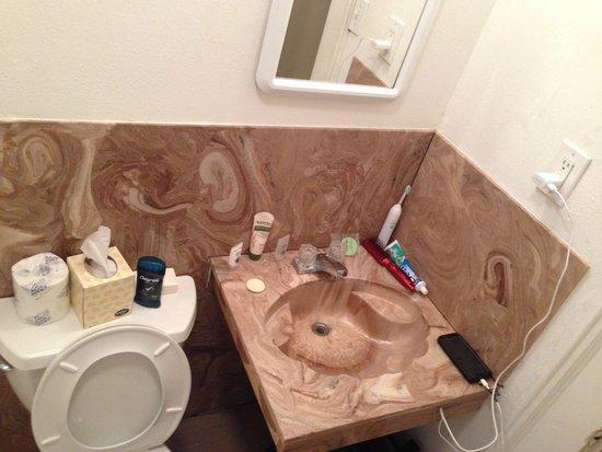 Andrew Jackson Hotel: Tiny sand worn sink