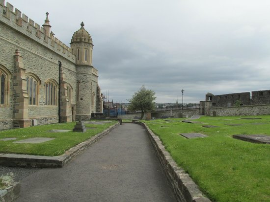 St. Columb's Cathedral: Cathedral grounds