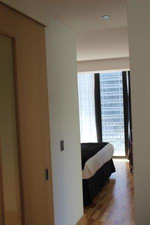 Radisson Blu Aqua Hotel: Looking into the room from hallway by bathroom