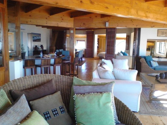 African Perfection Jeffreys Bay : Looking towards kitchen and dining area
