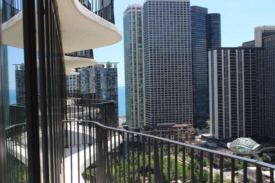 Radisson Blu Aqua Hotel: Looking left on other side of balcony