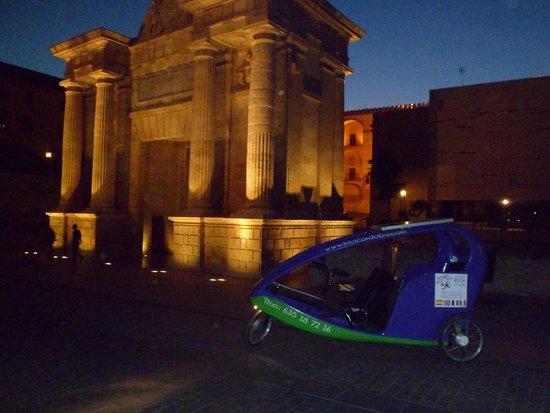 TriciCordoba: En la Puerta del Puente por la noche