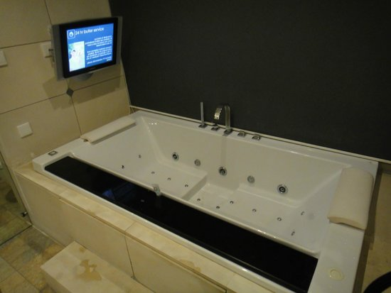 Club 151 Smart Villas Dreamland: Jacuzzi bathtub