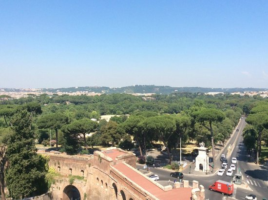 Rome Marriott Grand Hotel Flora: view of Villa Borghese from balcony in room
