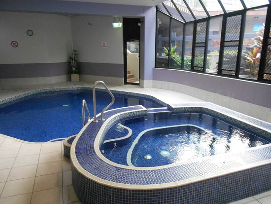 Aristocrat Holiday Apartments: Warm pool and spa