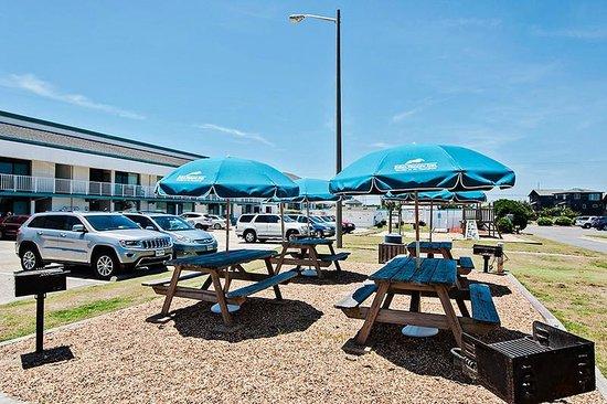 John Yancey Oceanfront Inn: BBQ/picnic area