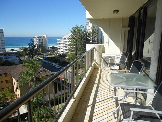 Aristocrat Apartments Gold Coast : balcony facing east with sea views