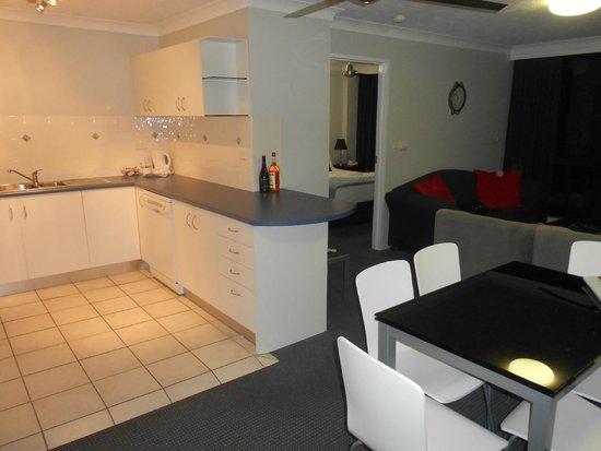 Aristocrat Apartments Gold Coast : Kitchen showing lounge