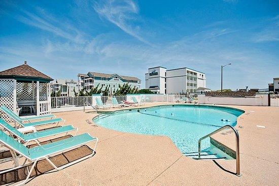 John Yancey Oceanfront Inn: Outdoor pool