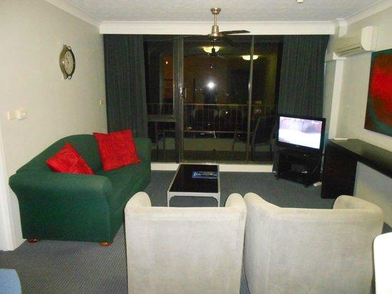 Aristocrat Apartments Gold Coast : Lounge at night