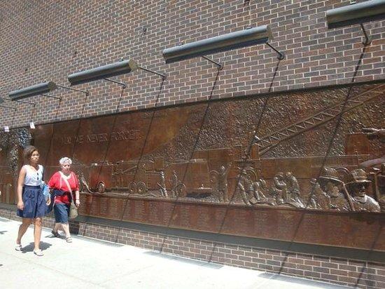 Mémorial du 11-Septembre : Homenagem aos bombeiros - próximo ao Memorial